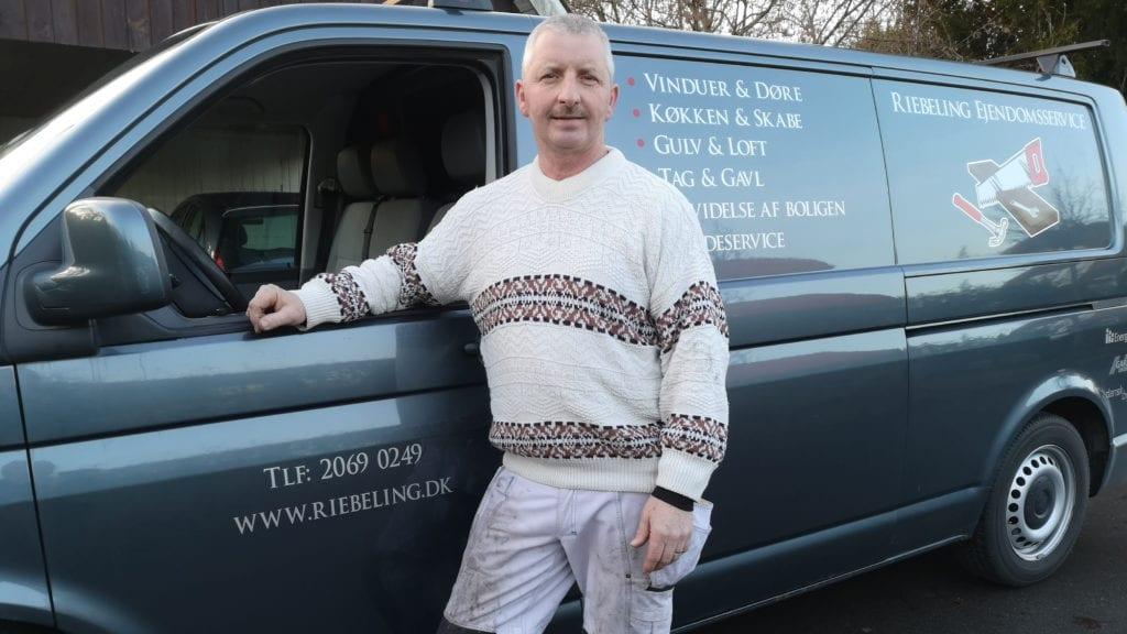 Ejendomsservice Sejerø Sydsjælland, medarbejder ved bil